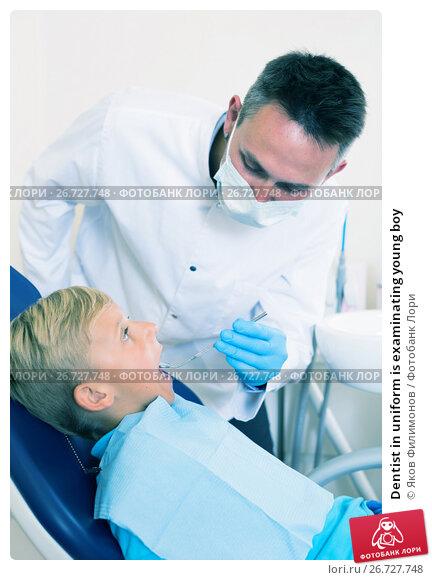Купить «Dentist in uniform is examinating young boy», фото № 26727748, снято 25 мая 2017 г. (c) Яков Филимонов / Фотобанк Лори