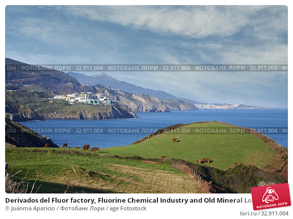 Derivados del Fluor factory, Fluorine Chemical Industry and Old Mineral Load in the Cliff, Ontón, Castro Urdiales, Cantabria, Spain. Стоковое фото, фотограф Juanma Aparicio / age Fotostock / Фотобанк Лори