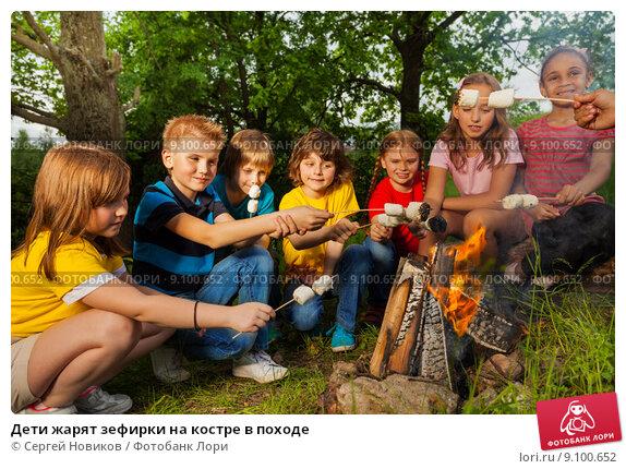 Купить «Дети жарят зефирки на костре в походе», фото № 9100652, снято 31 мая 2015 г. (c) Сергей Новиков / Фотобанк Лори