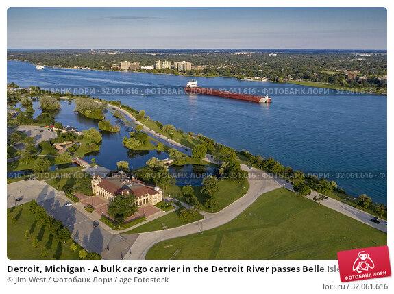 Detroit, Michigan - A bulk cargo carrier in the Detroit River passes Belle Isle State Park. Стоковое фото, фотограф Jim West / age Fotostock / Фотобанк Лори