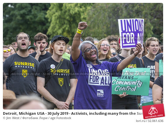 Detroit, Michigan USA - 30 July 2019 - Activists, including many from the Sunrise Movement, rallied outside the first night of the Democratic Presidential Debate. Редакционное фото, фотограф Jim West / age Fotostock / Фотобанк Лори