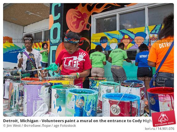 Купить «Detroit, Michigan - Volunteers paint a mural on the entrance to Cody High School during a week-long community improvement initiative called Life Modeled...», фото № 14901076, снято 19 июня 2018 г. (c) age Fotostock / Фотобанк Лори