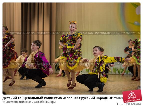 Детский танцевальный коллектив исполняет русский народный танец в национальных костюмах (2019 год). Редакционное фото, фотограф Светлана Ясинская / Фотобанк Лори