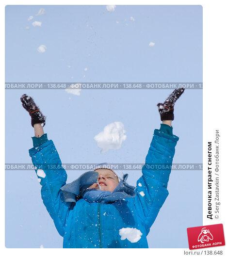 Девочка играет снегом, фото № 138648, снято 26 марта 2005 г. (c) Serg Zastavkin / Фотобанк Лори