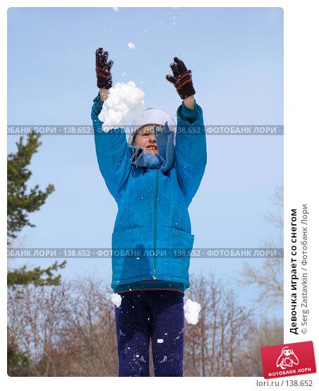 Девочка играет со снегом, фото № 138652, снято 26 марта 2005 г. (c) Serg Zastavkin / Фотобанк Лори