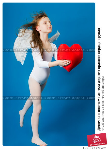 Девочка в костюме ангела держит красное сердце в руках, фото № 3227452, снято 28 августа 2016 г. (c) Сабельникова Эля / Фотобанк Лори