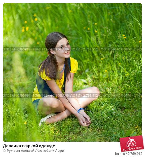 Молоденькую девушку ебут на природе