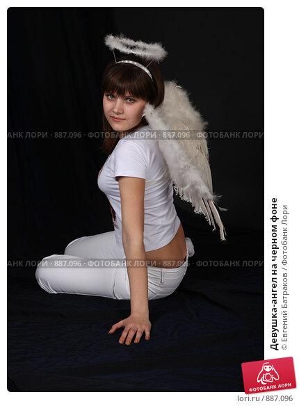 Купить «Девушка-ангел на черном фоне», фото № 887096, снято 3 мая 2009 г. (c) Евгений Батраков / Фотобанк Лори