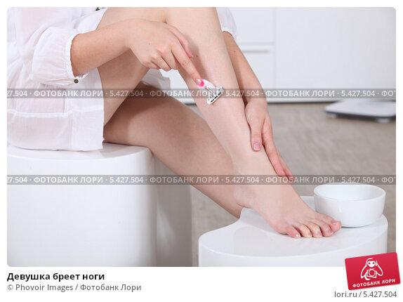 Женщине бреют ноги видео