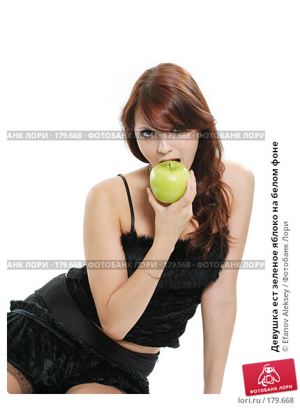 Девушка ест зеленое яблоко на белом фоне, фото № 179668, снято 11 июля 2007 г. (c) Efanov Aleksey / Фотобанк Лори