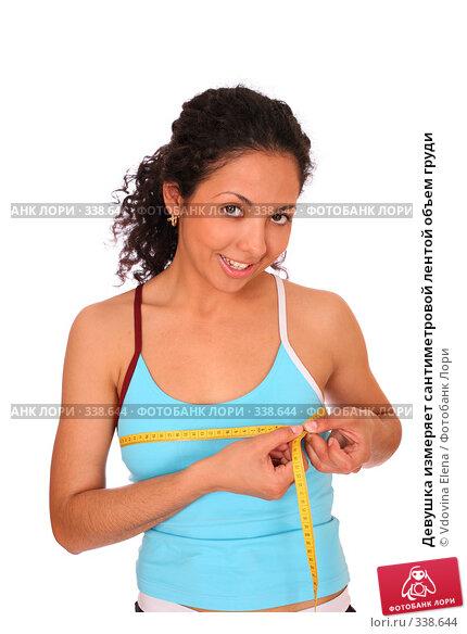 Девушка измеряет сантиметровой лентой объем груди, фото № 338644, снято 10 мая 2008 г. (c) Vdovina Elena / Фотобанк Лори