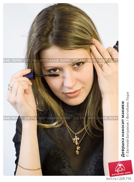 Девушка наносит макияж, фото № 229716, снято 4 января 2008 г. (c) Евгений Батраков / Фотобанк Лори