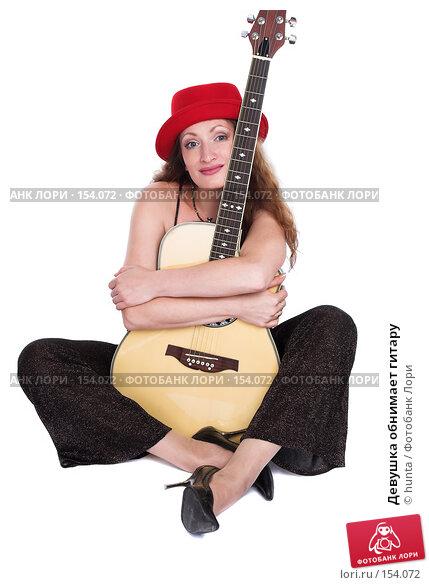 Девушка обнимает гитару, фото № 154072, снято 5 августа 2007 г. (c) hunta / Фотобанк Лори