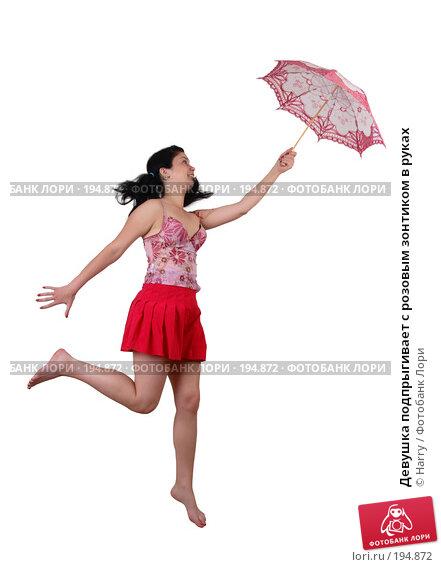 Купить «Девушка подпрыгивает с розовым зонтиком в руках», фото № 194872, снято 21 июня 2007 г. (c) Harry / Фотобанк Лори