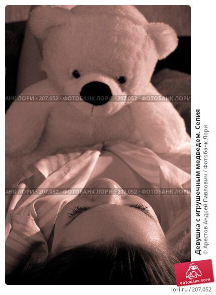 Девушка с игрушечным медведем. Сепия, фото № 207052, снято 9 февраля 2008 г. (c) Арестов Андрей Павлович / Фотобанк Лори