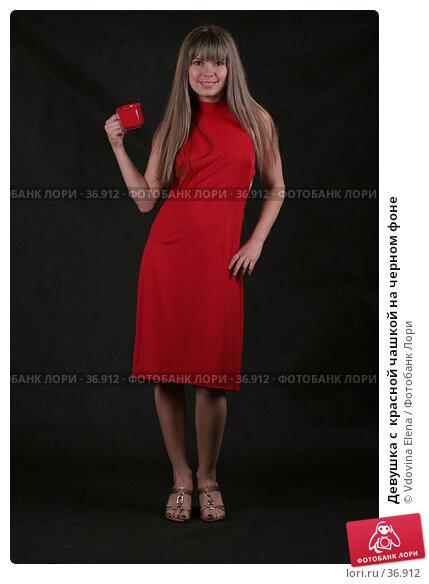 Девушка с  красной чашкой на черном фоне, фото № 36912, снято 29 марта 2007 г. (c) Vdovina Elena / Фотобанк Лори