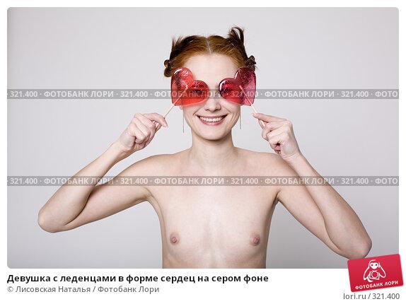 Девушка с леденцами в форме сердец на сером фоне, фото № 321400, снято 16 января 2008 г. (c) Лисовская Наталья / Фотобанк Лори