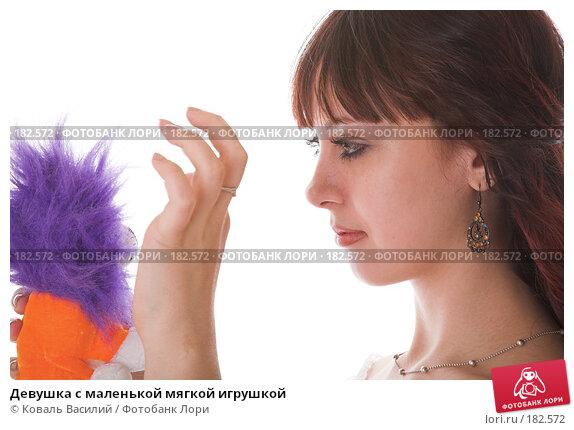 Девушка с маленькой мягкой игрушкой, фото № 182572, снято 8 декабря 2006 г. (c) Коваль Василий / Фотобанк Лори