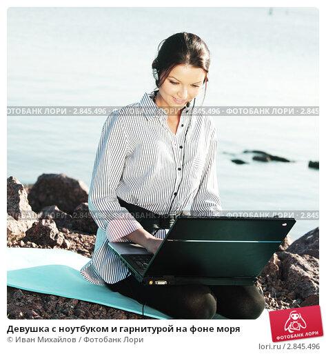 Девушка с косичками в чулках с ноутбуком кончить мужчина
