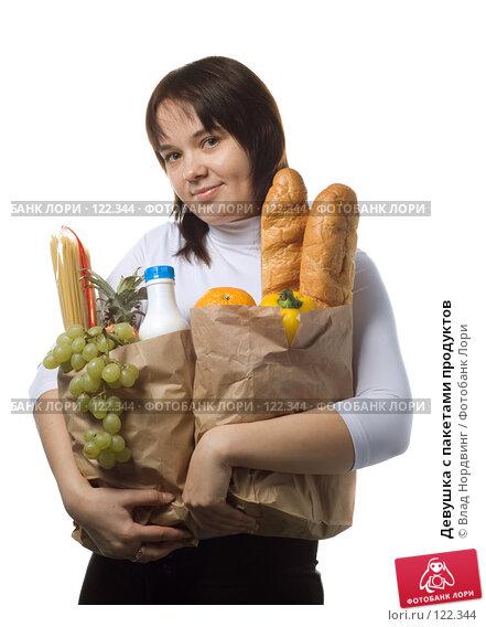 Девушка с пакетами продуктов, фото № 122344, снято 20 января 2017 г. (c) Влад Нордвинг / Фотобанк Лори