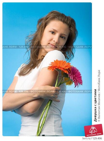 Купить «Девушка с цветами», фото № 129496, снято 26 мая 2007 г. (c) Валентин Мосичев / Фотобанк Лори
