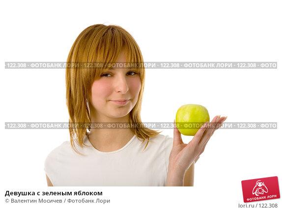 Купить «Девушка с зеленым яблоком», фото № 122308, снято 2 мая 2007 г. (c) Валентин Мосичев / Фотобанк Лори