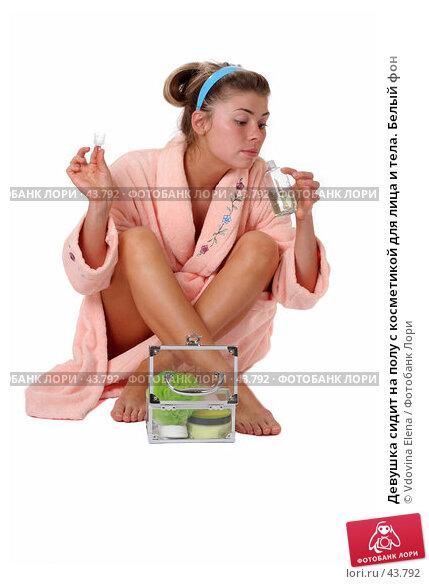 Девушка сидит на полу с косметикой для лица и тела. Белый фон, фото № 43792, снято 12 мая 2007 г. (c) Vdovina Elena / Фотобанк Лори