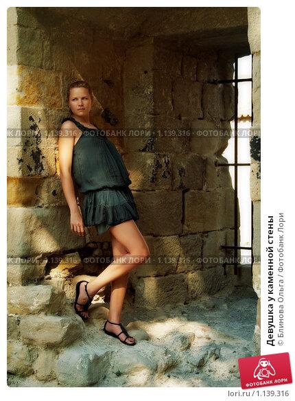 Закованные девушки у стены