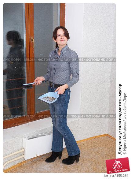 Девушка устала подметать мусор, фото № 155264, снято 5 декабря 2007 г. (c) Ирина Мойсеева / Фотобанк Лори