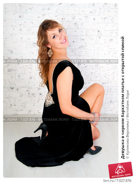 Купить «Девушка в черном бархатном платье с открытой спиной», эксклюзивное фото № 7027876, снято 17 декабря 2014 г. (c) Куликова Вероника / Фотобанк Лори