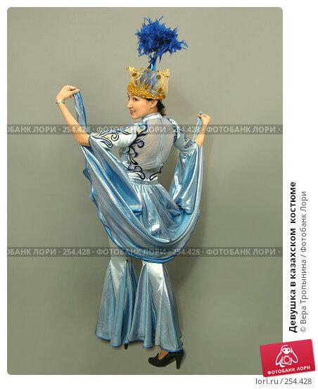 Девушка в казахском  костюме, фото № 254428, снято 29 февраля 2008 г. (c) Вера Тропынина / Фотобанк Лори