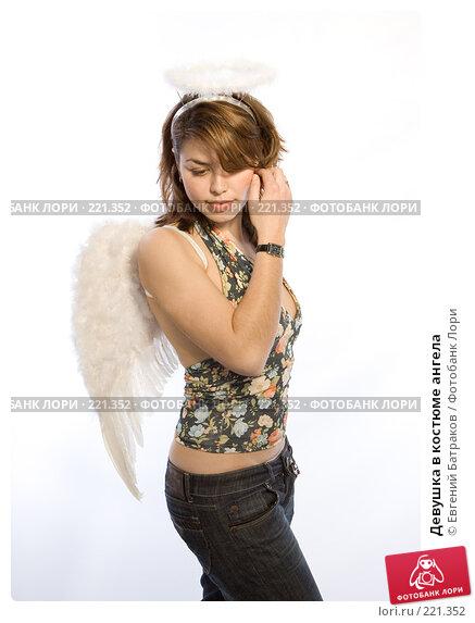 Купить «Девушка в костюме ангела», фото № 221352, снято 10 февраля 2008 г. (c) Евгений Батраков / Фотобанк Лори
