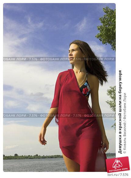 Девушка в красной шали на береу моря, фото № 7576, снято 25 октября 2016 г. (c) Коваль Василий / Фотобанк Лори