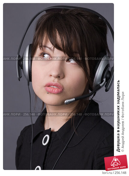 Девушка в наушниках задумалась, фото № 256148, снято 2 мая 2007 г. (c) Андрей Андреев / Фотобанк Лори