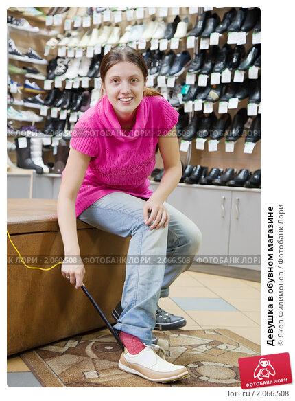 раб меряет обувь госпожи в обувном супермаркете осторожно