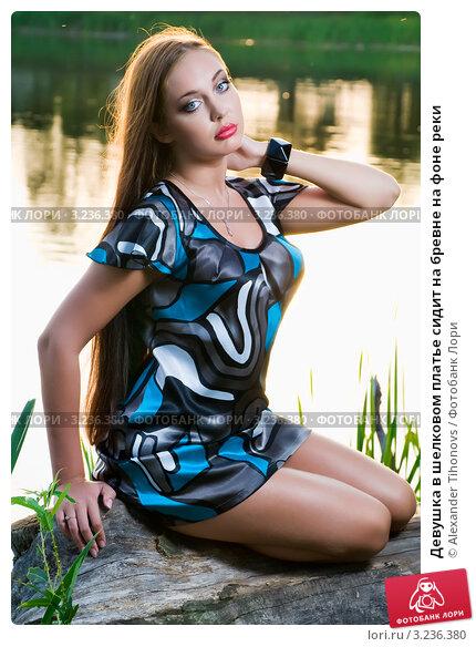 фото девушки в шелковом платье