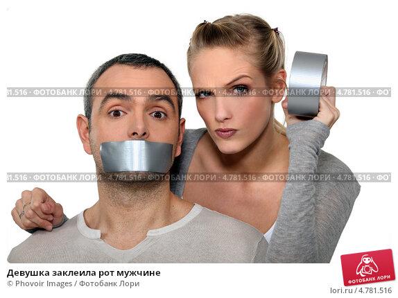 svyazannaya-skotchem-devushka-s-zakleennim-rtom