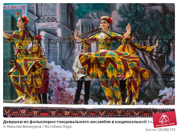 Купить «Девушки из фольклорно-танцевального ансамбля в национальной таджикской одежде выступает на сцене во время празднования Навруза в парке города Худжанд, Республика Таджикистан», фото № 25069172, снято 21 марта 2015 г. (c) Николай Винокуров / Фотобанк Лори