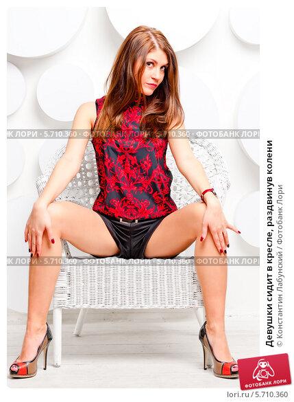 фото женщина раздвигает колени