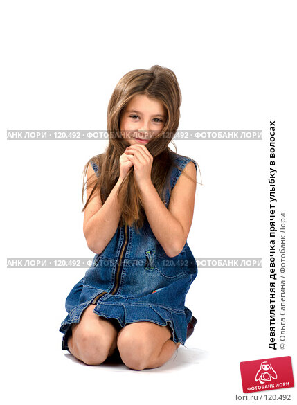 Девятилетняя девочка прячет улыбку в волосах, фото № 120492, снято 3 ноября 2007 г. (c) Ольга Сапегина / Фотобанк Лори