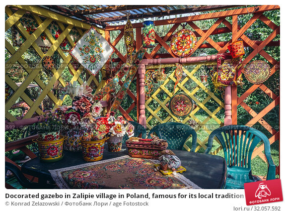 Docorated gazebo in Zalipie village in Poland, famous for its local tradition of floral paintings. Стоковое фото, фотограф Konrad Zelazowski / age Fotostock / Фотобанк Лори
