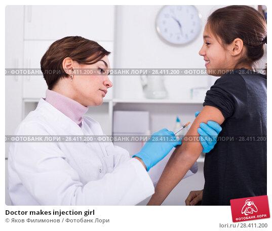 Купить «Doctor makes injection girl», фото № 28411200, снято 15 сентября 2018 г. (c) Яков Филимонов / Фотобанк Лори