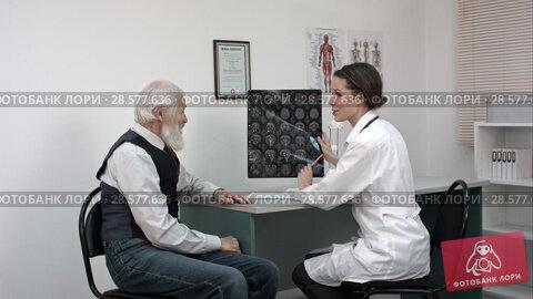 Купить «Doctor woman communicates to elder patient the good results of MRI scans.», видеоролик № 28577636, снято 20 июня 2016 г. (c) Vasily Alexandrovich Gronskiy / Фотобанк Лори
