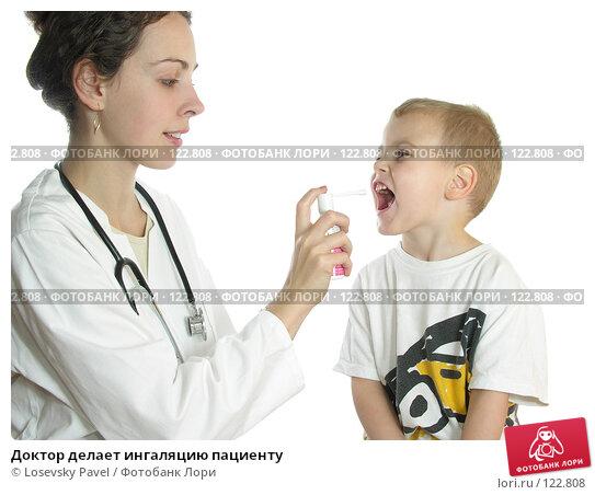 Купить «Доктор делает ингаляцию пациенту», фото № 122808, снято 19 октября 2005 г. (c) Losevsky Pavel / Фотобанк Лори