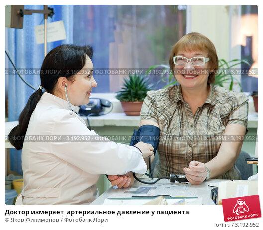 Купить «Доктор измеряет  артериальное давление у пациента», фото № 3192952, снято 5 декабря 2011 г. (c) Яков Филимонов / Фотобанк Лори
