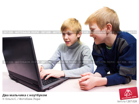Два мальчика с ноутбуком, фото № 267028, снято 22 октября 2016 г. (c) Ольга С. / Фотобанк Лори