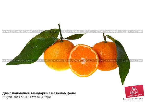 Два с половиной мандарина на белом фоне, фото № 162232, снято 27 декабря 2007 г. (c) Бутинова Елена / Фотобанк Лори