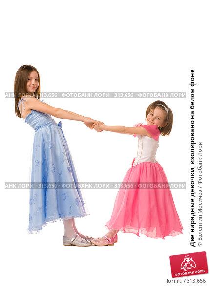 Две нарядные девочки, изолировано на белом фоне, фото № 313656, снято 2 мая 2008 г. (c) Валентин Мосичев / Фотобанк Лори