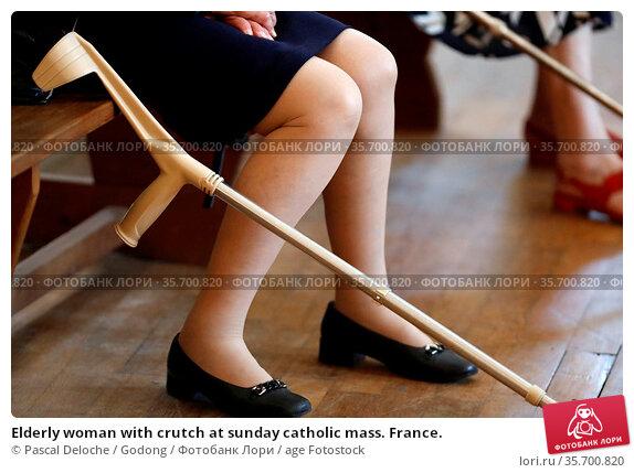 Elderly woman with crutch at sunday catholic mass. France. Стоковое фото, фотограф Pascal Deloche / Godong / age Fotostock / Фотобанк Лори