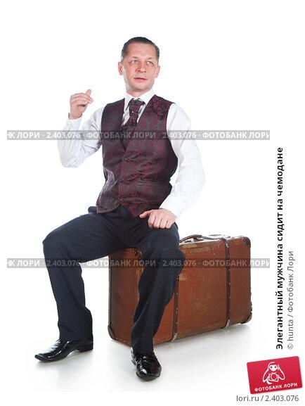 Купить «Элегантный мужчина сидит на чемодане», фото № 2403076, снято 28 января 2011 г. (c) hunta / Фотобанк Лори